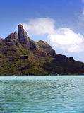 海岛BoraBora,波里尼西亚天蓝色的盐水湖  山,海,树 免版税库存图片