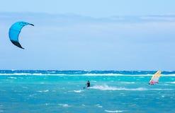 Boracay ö, Filippinerna - Januari 26: surfare och kiteboarders som tycker om vindkraft på den Bulabog stranden Royaltyfri Bild