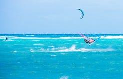 Boracay ö, Filippinerna - Januari 26: surfare och kiteboarders som tycker om vindkraft på den Bulabog stranden Arkivbild