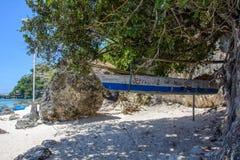Boracay, Filipinas - 9 de março de 2016: barco velho de suspensão na ilha de Boracay imagens de stock royalty free