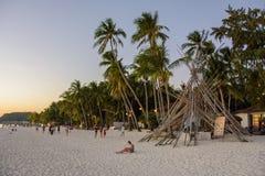 Boracay, Filipinas - 15 de março de 2016: Paisagem da noite na praia branca Boracay imagens de stock