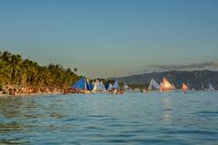 Boracay, Filipinas - 16 de março de 2016: Veleiros coloridos na costa da ilha Boracay fotos de stock royalty free