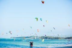 Νησί Boracay, Φιλιππίνες - 25 Ιανουαρίου: kitesurfers που απολαμβάνουν τη αιολική ενέργεια στην παραλία Bulabog E Στοκ φωτογραφία με δικαίωμα ελεύθερης χρήσης