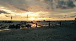 Boracay solnedgång med glade fartyg Fotografering för Bildbyråer
