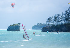 Boracay wyspa Filipiny, Styczeń, - 26: windsurfers i kiteboarders cieszy się siłę wiatru na Bulabog plaży Zdjęcie Royalty Free