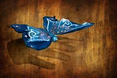 Borboleta azul na mão da mulher - cor seletiva sobre Imagem de Stock