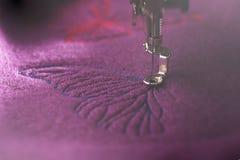 borboleta azul que está sendo costurada em lãs fervidas roxas imagens de stock