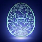 Borboleta cinzelada bonita na casca de ovo no fundo azul Foto de Stock