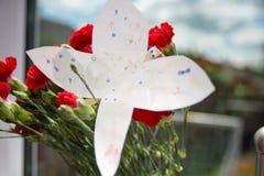 A borboleta de papel abaixa sobre fotos de stock