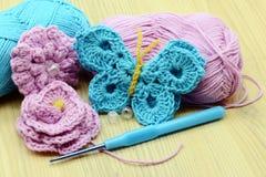 Borboleta do crochê com agulha de crochê e lãs fotos de stock royalty free