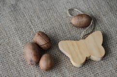 Borboleta e porcas de madeira imagem de stock royalty free