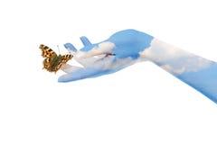 A borboleta em suas mãos Fotografia de Stock Royalty Free