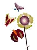 Borboletas e flores feitas do material de jardim. fotos de stock