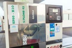 BORDÉUS, FRANÇA - 1º DE ABRIL DE 2011: Carro que enche-se no posto de gasolina fotos de stock royalty free