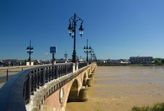 BORDÉUS, FRANÇA - 6 DE SETEMBRO DE 2015: Ponte de Pierre colocada no centro do Bordéus, Aquitaine, França, em setembro de 2015 Fotos de Stock Royalty Free