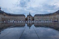 BORDÉUS, GIRONDE/FRANCE - 6 de junho de 2017: Miroir d 'Eau em Lugar de la a Bolsa no Bordéus Povos não identificados foto de stock