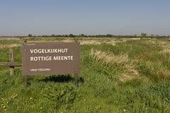 Bord bij vogelkijkhut, σημάδι στη δορά πουλιών στοκ εικόνες