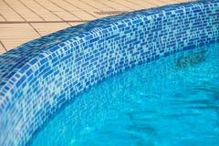 Bord carrelé de piscine Images stock
