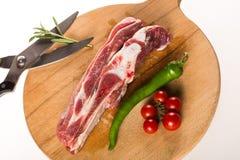 Bord cru de plat en bois avec le poivre, les tomates, le romarin et les ciseaux photos stock