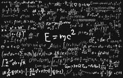 Bord dat met wetenschappelijke formules en berekeningen in fysica en wiskunde wordt ingeschreven Stock Fotografie