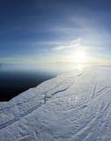 Bord de glace et ciel bleu ensoleillé Images stock