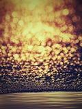 Bord de glace Le bord de l'eau de jaune orange a dégelé de dessous une banquise blanche brillante Photos libres de droits