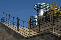 bord de l'eau d'escaliers Image stock