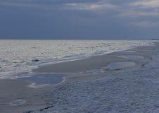 Bord de la mer au crépuscule avec la tempête de approche Image libre de droits