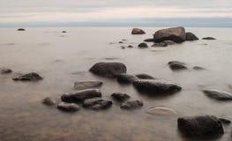 Bord de la mer avec de grandes pierres Photographie stock