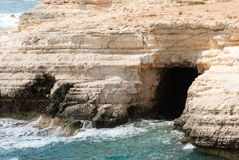 Bord de la mer avec des falaises, mer orageuse Photo libre de droits