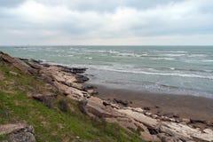 Bord de la mer avec des fragments de roches photos libres de droits
