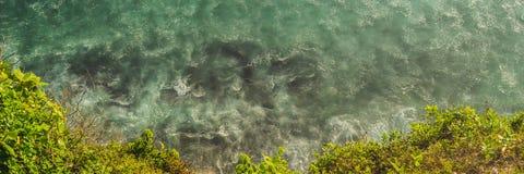 Bord de la mer avec des vagues de roulement, vue d'une taille de 300 mètres de BANNIÈRE, LONG FORMAT photos libres de droits