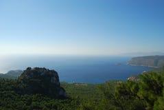 Bord de la mer avec la vue du château de Monolitos Photographie stock libre de droits