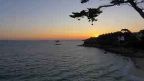 Bord de la mer avec les maisons et les treees r?sidentiels au coucher du soleil banque de vidéos
