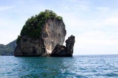 Bord de la mer avec les roches grandes, mer d'Andaman Image libre de droits