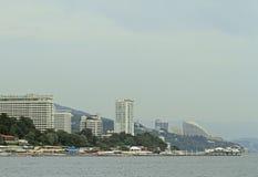 Bord de la mer, bâtiments et montagnes à Sotchi Photo stock