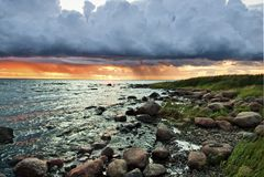Bord de la mer baltique dans des lumières de coucher du soleil Photographie stock