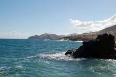 Bord de la mer d'île de Crète avec des roches Photographie stock