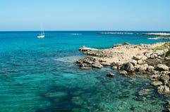 Bord de la mer d'île de la Chypre avec des roches Images libres de droits