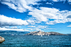 Bord de la mer d'île ou paysage d'océan, image de voyage des bateaux, ciel clair et eau Photo libre de droits