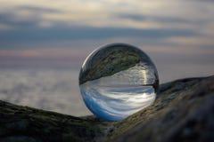 Bord de la mer dans la boule de cristal Photo stock