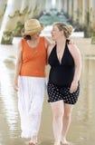 Bord de la mer de mère et de fille dehors appréciant l'heure d'été et détendant ensemble Image libre de droits