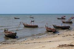 Bord de la mer de stationnement de bateau de pêche photos libres de droits
