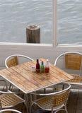 Bord de la mer dinant pour quatre Photos stock