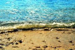 Bord de la mer en été, vagues entrantes sur le sable d'or photographie stock