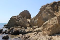 Bord de la mer en pierre avec de grandes vagues images stock