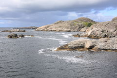 Bord de la mer idyllique en Norvège Photos stock