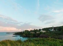 Bord de la mer irlandais est Villiage de Dunmore au coucher du soleil Photo libre de droits