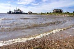 Bord de la mer, les vieux bateaux en Mer du Nord, le village de pêche Images libres de droits