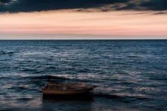 Bord de la mer magique après coucher du soleil avec l'horizon profond - Turquie Photo stock